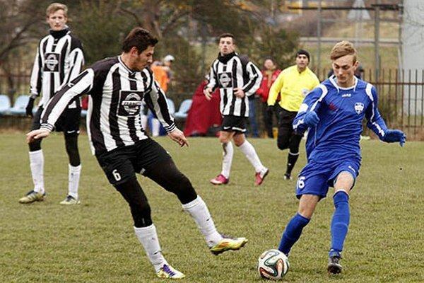 V súboji o loptu Matúš Bartošek (vpravo) a Dmitrij Korman.
