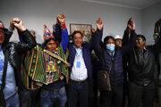 Nový bolívijský prezident Luis Arce (v strede) sa teší po víťazstve vo voľbách.