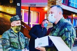 Minister Milan Krajniak (vpravo) počas plošného testovania v Bardejove.