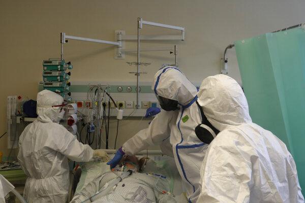 Väčšina nemocníc má dostatok lôžok. Avšak hlavne tým na severe Slovenska začínajú akútne chýbať zdravotníci.