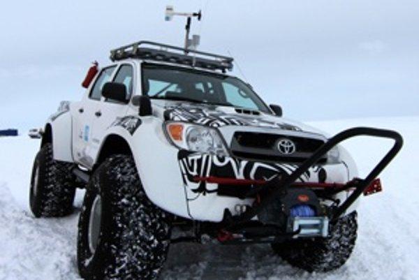 Islandský tím pre svoje potreby vybavil terénne Toyoty Hilux extrémne veľkými pneumatikami, prídavným kúrením a samozrejme doplnkami pre prácu v teréne, vrátane navijákov a žeriavov.
