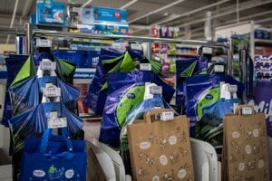Pri pokladni majú zákazníci na výber. Tašky sú papierové, bavlnené alebo igelitové na opakované použitie.