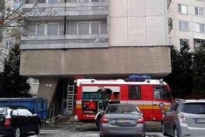 V paneláku na Ulici Ľ. Okánika dnes zasahovali hasiči.