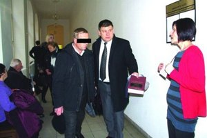Kňaz Pavol K. s obhajcom Martinom Kanásom na súde. Rozsudok vyniesli v januári, dnes bol posledný deň na podanie odvolania.
