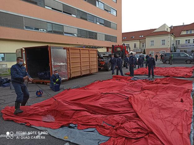 Koronavírus na Slovensku: Hasiči zabezpečili stavbu stanov v areáli Nemocnice sv. Michala v Bratislave.