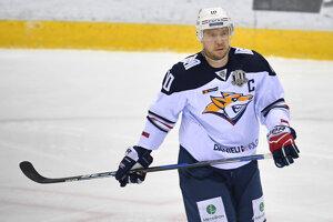 Kapitán Metallurgu Sergej Moziakin v zápase Kontinentálnej hokejovej ligy (KHL).