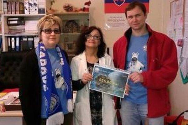 Plavci Ingrid Schovancová a Jozef Čápek odovzdávajú dar Soni Šiškovej, riaditeľke školy (v strede).