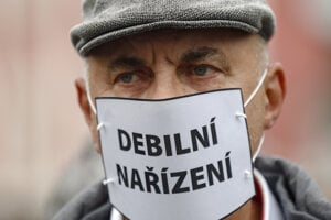 Muž počas protestu proti koronavírusovým opatreniam 28. októbra 2020 v Prahe.