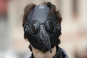 Muž s maskou na tvári počas protestu proti koronavírusovým opatreniam 28. októbra 2020 v Prahe.