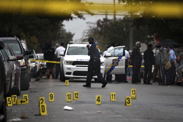 Ľudia stoja na mieste, kde policajti zabili 27-ročného Afroameričana, ktorý držal nôž vo Filadelfii 26. októbra 2020.