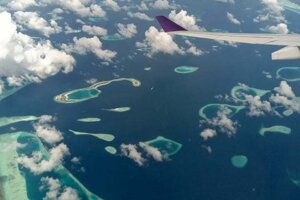 Pohľad z lietadla na Maledivy.