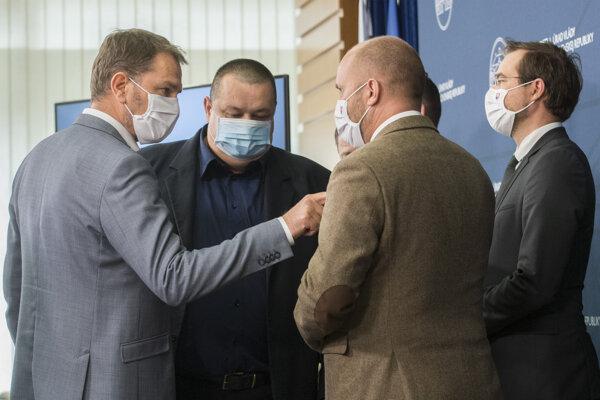 Zľava: premiér Igor Matovič, hlavný hygienik Ján Mikas, minister obrany Jaroslav Naď (otočený chrbtom) a minister zdravotníctva Marek Krajčí.