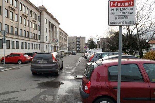 Parkovisko je spoplatnené cez pracovný týždeň od 8. do 16. hodiny, v sobotu do dvanástej.