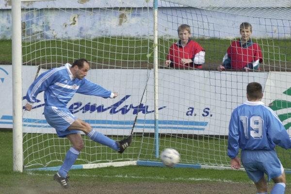 Ladislav Pecko (vľavo) skóruje v drese Slovana Bratislava.