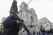 Ozbrojený policajt Bazilikou Matky Božej v Nice.