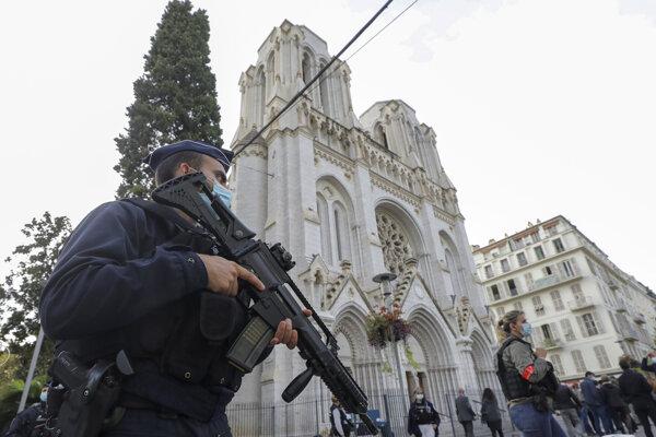 Ozbrojený policajt pred Bazilikou Matky Božej v Nice.