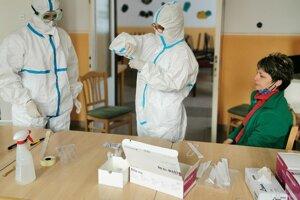Klientov a personál testovali v piatok aj v ZSS Domum Krškany.