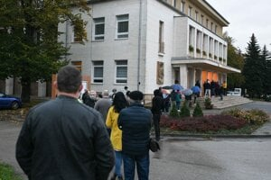 Obyvatelia v meste Stará Turá pred budovou Domu kultúry Javorina počas operácie Spoločná zodpovednosť, ktorá by mala zabezpečiť celoplošné testovanie obyvateľov Slovenska, antigénovým testom na COVID-19.