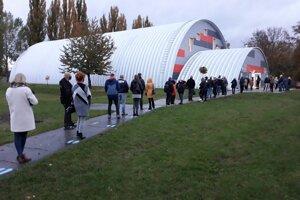 Ľudia čakajú pred telocvičňou ZŠ Tulipánová.