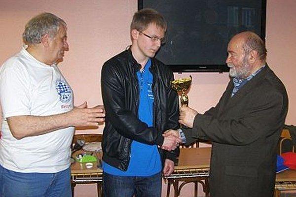 Víťaznému Filipovi Okruhlicovi blahoželajú F. Zelovič a O. Ralík.