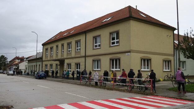 Jedno z odberných miest na ulici Pod Párovcami, testuje sa v telocvični Cirkevnej ZŠ.