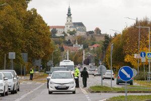 Autá, smerujúce na AX, stoja až pred Chrenovským mostom.