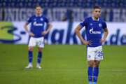 Amine Harit a Bastian Oczipka po zápase Schalke 04 - Stuttgart.