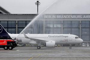 Lietadlo leteckej spoločnosti Lufthansa počas slávnostného otvorenia nového Letiska Berlin-Brandenburg.