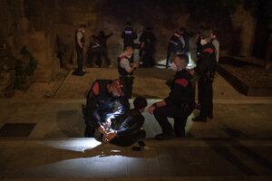 Zásah polície v nočnej ulici v Barcelone.
