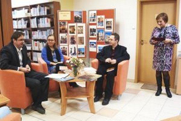 Hosťom besedy, ktorú otvorila riaditeľka knižnice Monika Lobodášová (vpravo), bola Beata Panáková.