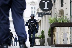 Ozbrojený policajt hliadkuje vo Viedni