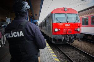 Policajná kontrola na hlavnej vlakovej stanici, kvôli teroristickému útoku vo Viedni.