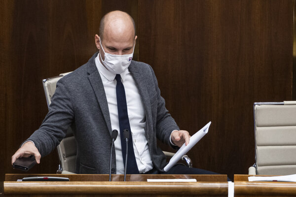 Podpredseda parlamentu Gábor Grendel, zastupujúci šéfa parlamentu Borisa Kollára, ktorý je v nemocnici.