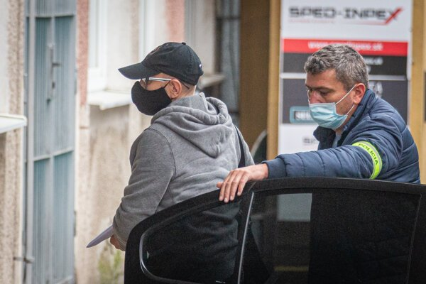 Podnikateľ Zoroslav Kollár pri tom, ako ho polícia v rámci akcie Víchrica predviedla na NAKA.