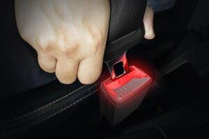 Svietiaci zámok bezpečnostných pásov príde vhod najmä za tmy.