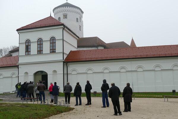 Koronavírus na Slovensku: Ľudia čakajú na testovanie v areáli Budatínskeho hradu v Žiline 7. novembra 2020.
