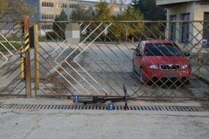 Cyklista narazil do tejto brány.