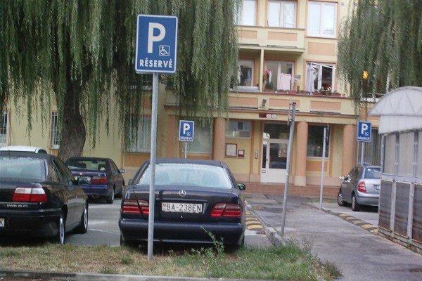 Auto zaparkované na mieste vyhradené pre zdravotne postihnutých.