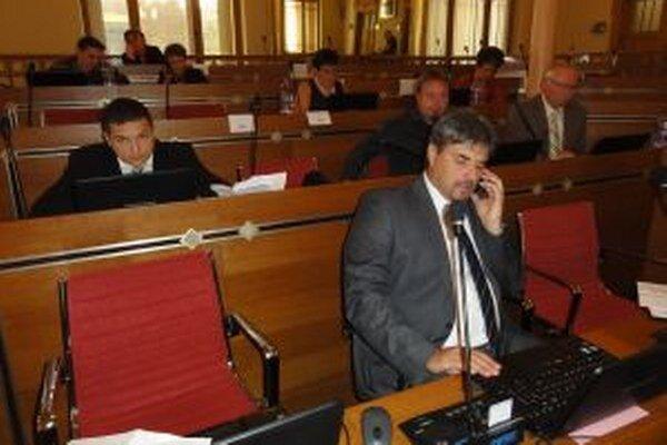 Poslanci odmietli telefonovať na primitívnejších mobiloch, ktoré im kúpila župa.