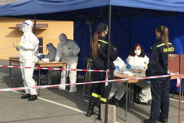 Vo Svinej pri hladkom priebehu testovania pomohlo viacero domácich.
