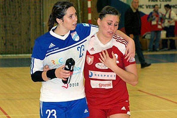 Hádzanárky Veselí vo WHIL porazili Šaľu 34:28. Najlepšou strelkyňou domácich bola Jasmínka Vargová. Po zápase takto utešovala kamarátku Karin Bujnochovú.