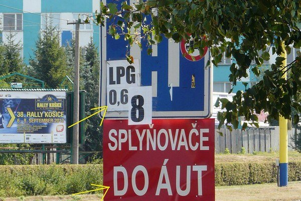 Niekto dotvoril reklamou dopravnú značku v Košiciach.