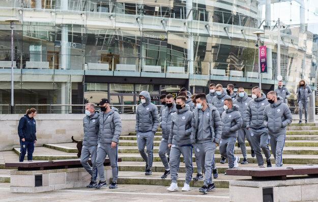 Slovenskí futbalisti na prechádzke v Belfaste.