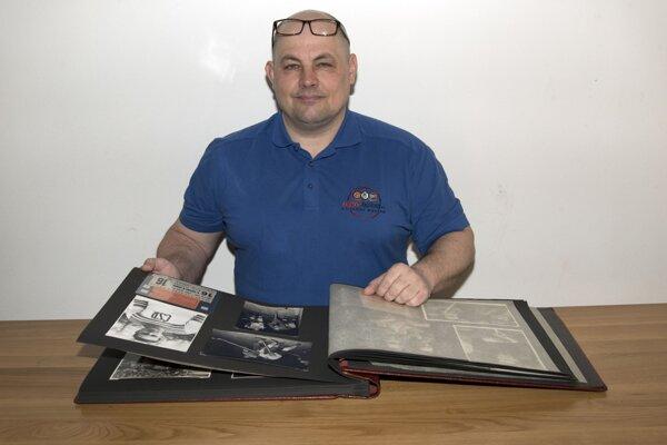 Thomas Bartos s albumom starých hokejových fotografií.