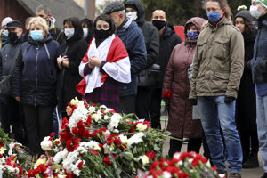 Ľudia počas zhromaždenia v Minsku, ktoré sa konalo na pamiatku 31- ročného aktivistu opozície Ramana Bandarenku.