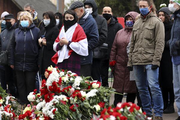 Ľudia počas zhromaždenia v Minsku na pamiatku aktivistu opozície Ramana Bandarenku.