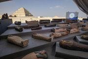 Nálezy vystavili na improvizovanej výstave neďaleko slávnej Stupňovitej pyramídy.