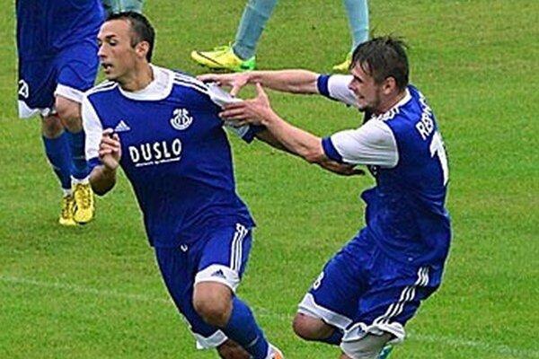 Futbalisti Šale (na archívnej snímke Nurkovič a Gešnábel) sa tešia z postupu do štvrťfinále Slovenského pohára.