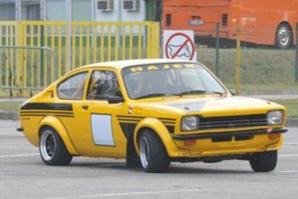 Tento Opel Kadett C prináša skutočnú radosť z jazdy. Za všetko hovorí zadný pohon, hmotnosť 900 kilogramov a výkon motora 230 koní.