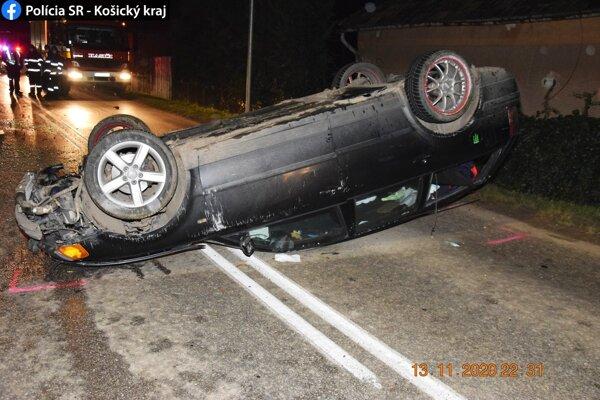 Auto sa pri nehode prevrátilo.